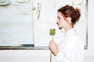 La belle Emma Watson fan du maquillage Lily Lolo